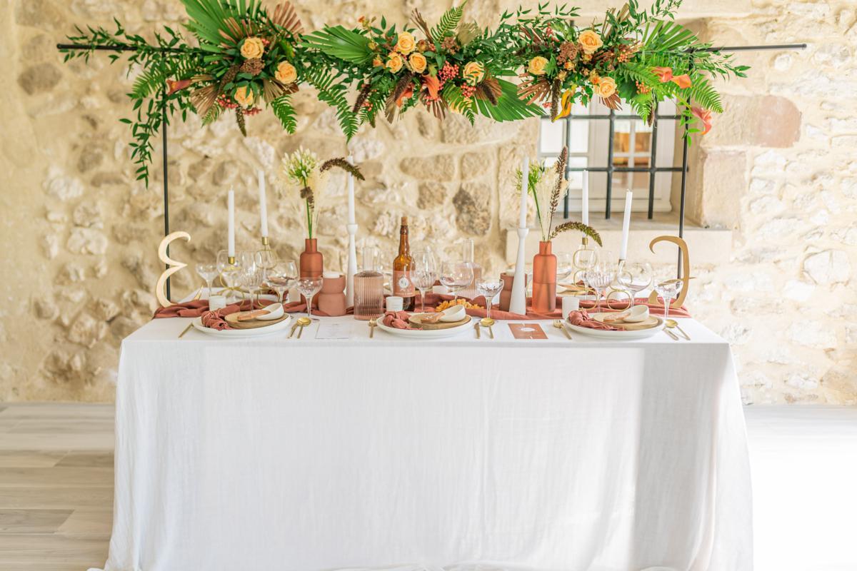 Table support floral + couleurs terracota / doré // Shooting d'inspiration publié sur Jolies Cérémonies