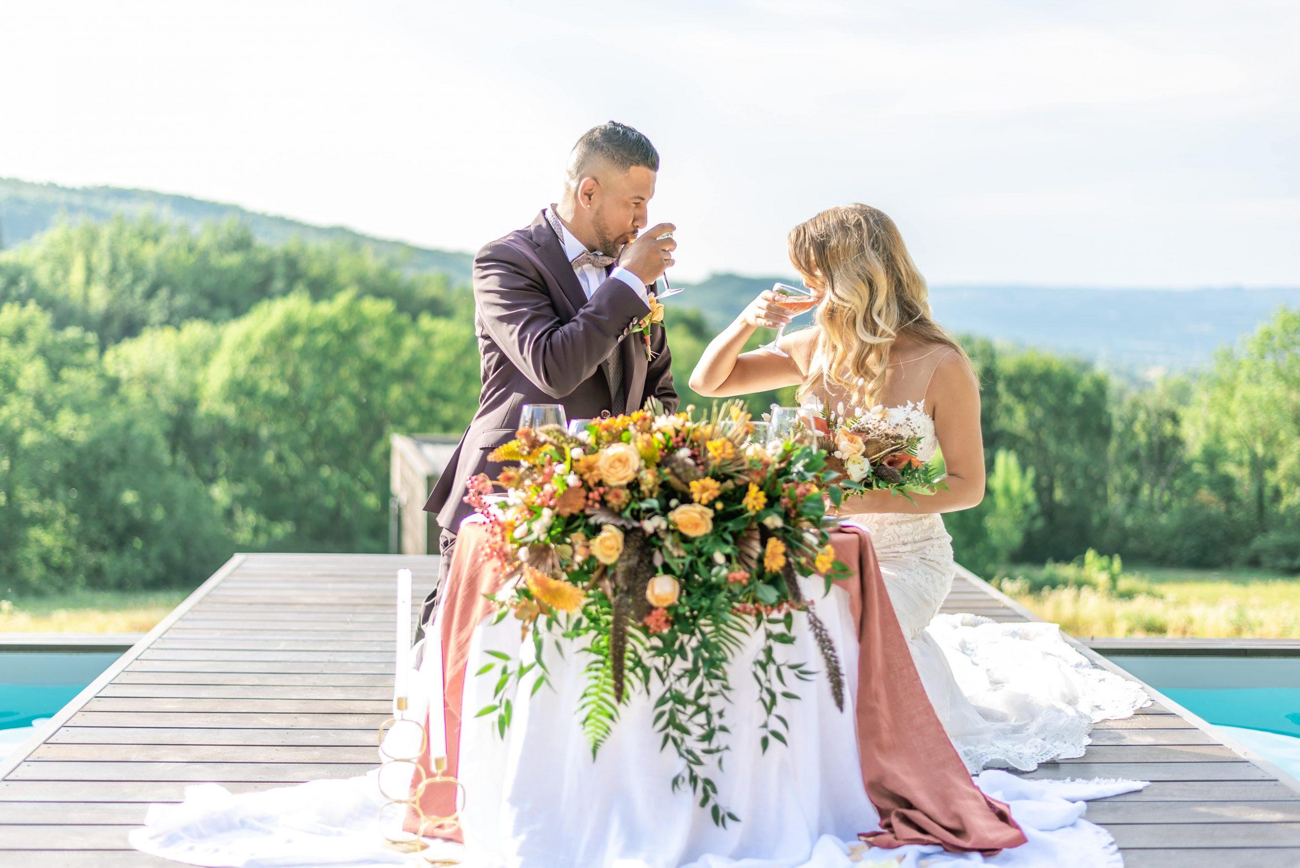 Bouquet floral table des mariés en jaune, orange, rouge // Shooting d'inspiration publié sur Jolies Cérémonies
