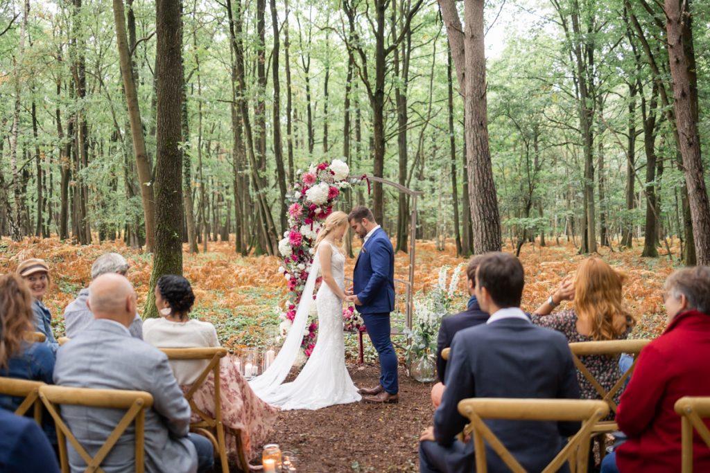Mariage en forêt : une cérémonie au milieu des arbres // Shooting d'inspiration publié sur Jolies Cérémonies