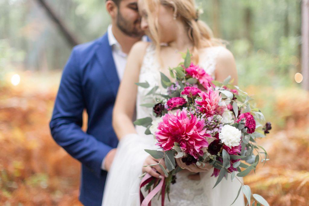 Un mariage en forêt aux couleurs chaudes de l'automne // Shooting d'inspiration publié sur Jolies Cérémonies