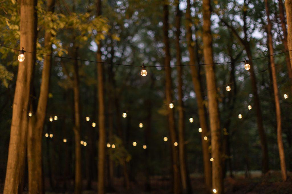 Mariage en forêt : les lampions dans les arbres // Shooting d'inspiration publié sur Jolies Cérémonies