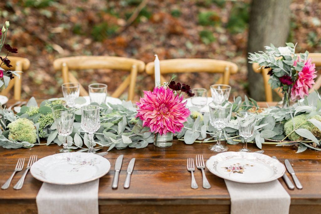 Mariage en forêt : une table rustique aux couleurs de l'automne // Shooting d'inspiration publié sur Jolies Cérémonies