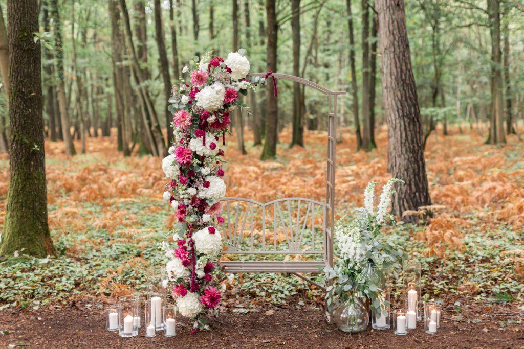 Mariage en forêt : décoration florale de l'arche pour la cérémonie // Shooting d'inspiration publié sur Jolies Cérémonies