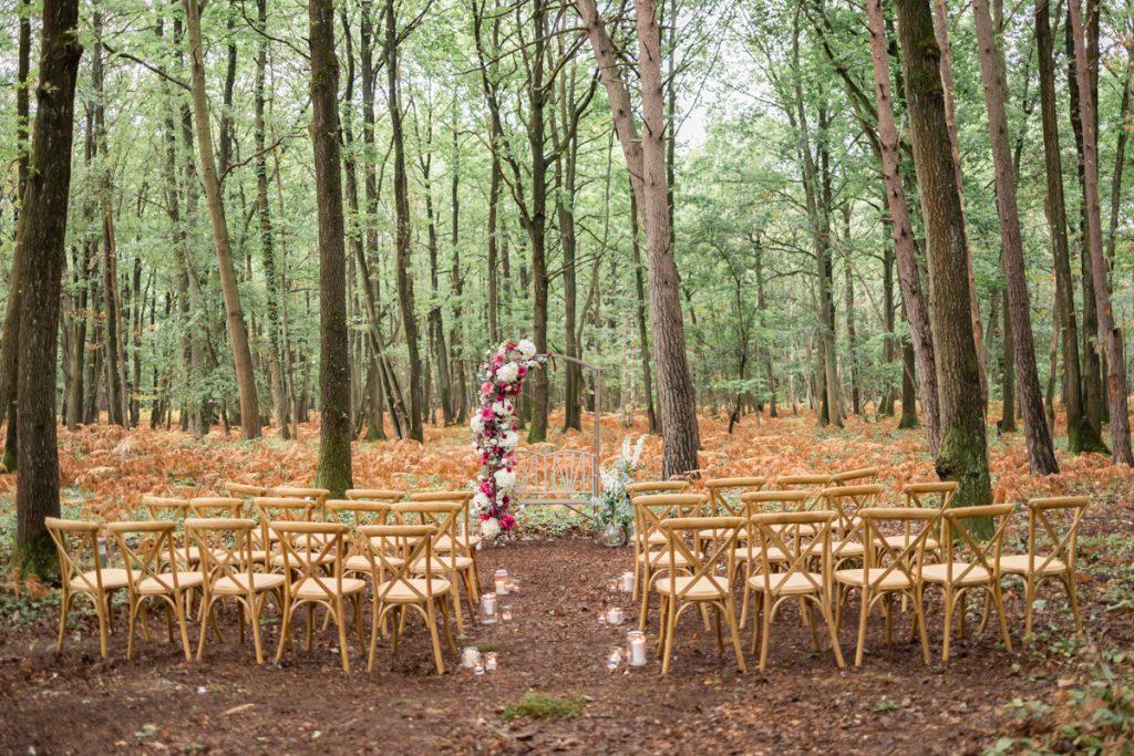 Mariage en forêt : décoration de la cérémonie et de  l'arche // Shooting d'inspiration publié sur Jolies Cérémonies