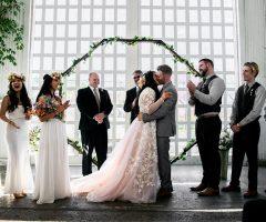 Pourquoi la mariée se place à gauche et le marié à droite lors de la cérémonie ?