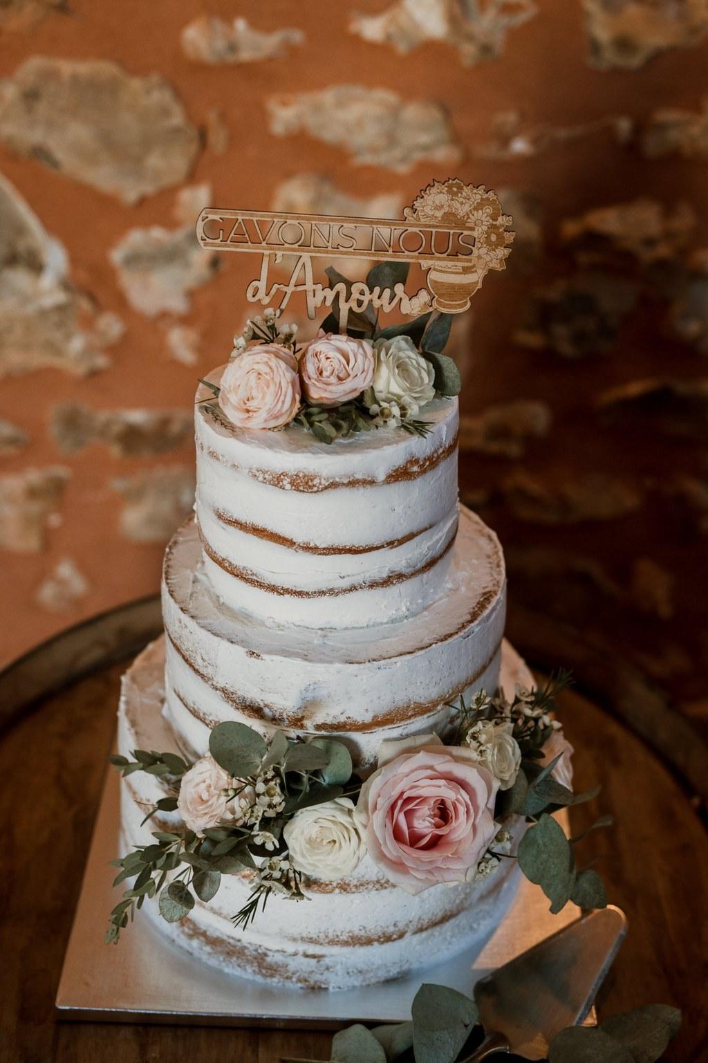 """Wedding cake et cake topper """"gavons-nous d'amour"""" // Shooting d'inspiration publié sur Wedding by Fabiola"""
