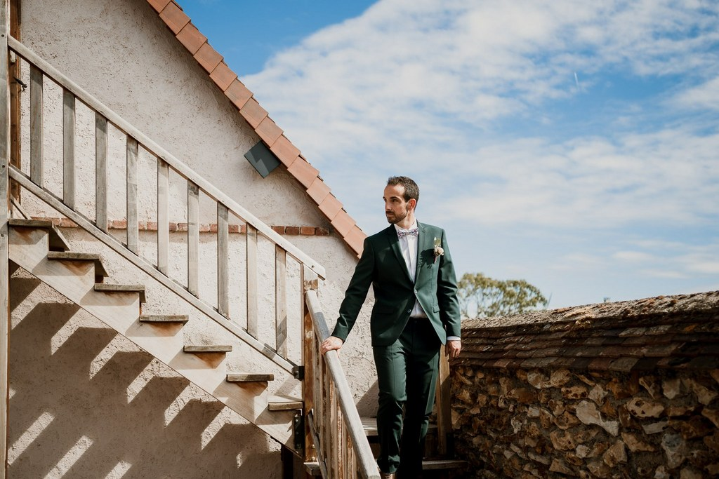 Costume vert pour le marié // Shooting d'inspiration publié sur Wedding by Fabiola