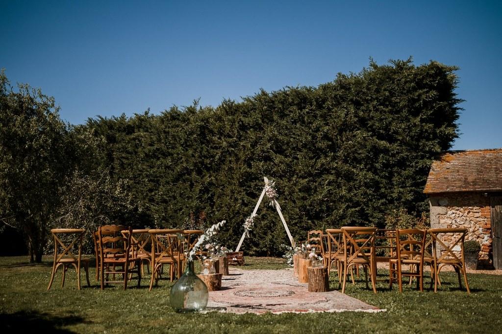Installation et arche triangle pour la cérémonie laïque // Shooting d'inspiration publié sur Wedding by Fabiola