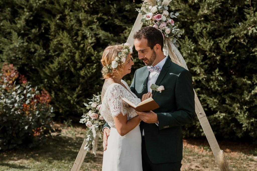 Échange des vœux pendant la cérémonie // Shooting d'inspiration publié sur Wedding by Fabiola
