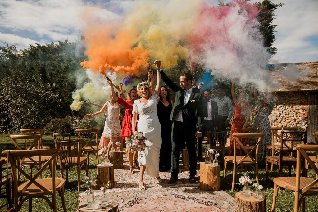 Fumigène et sortie des mariés // Shooting d'inspiration publié sur Wedding by Fabiola