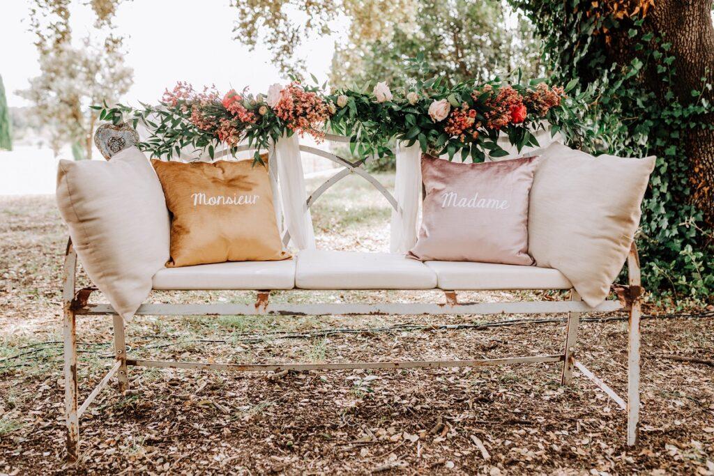 Décoration de cérémonie laïque // Mariage en Provence avec une ambiance tropicale (couleurs chaudes et dorées) // Photo Nicolas Terraes // Publication sur Wedding by Fabiola