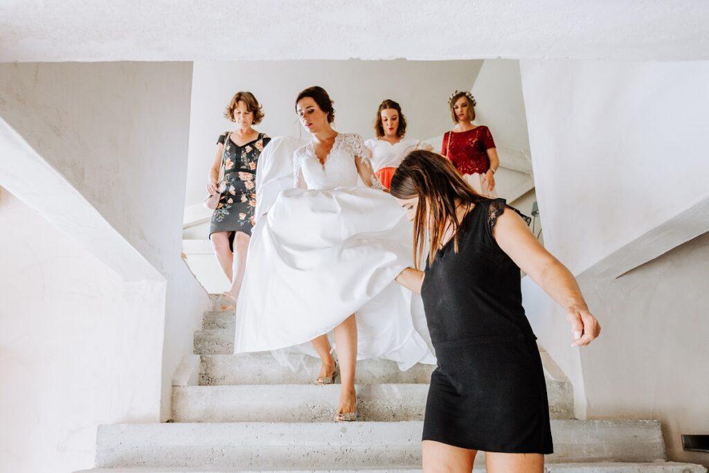 Préparatifs de la mariée // Mariage en Provence avec une ambiance tropicale (couleurs chaudes et dorées) // Photo Nicolas Terraes // Publication sur Wedding by Fabiola