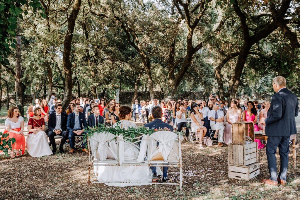 Déroulé de la cérémonie laïque // Mariage en Provence avec une ambiance tropicale (couleurs chaudes et dorées) // Photo Nicolas Terraes // Publication sur Wedding by Fabiola