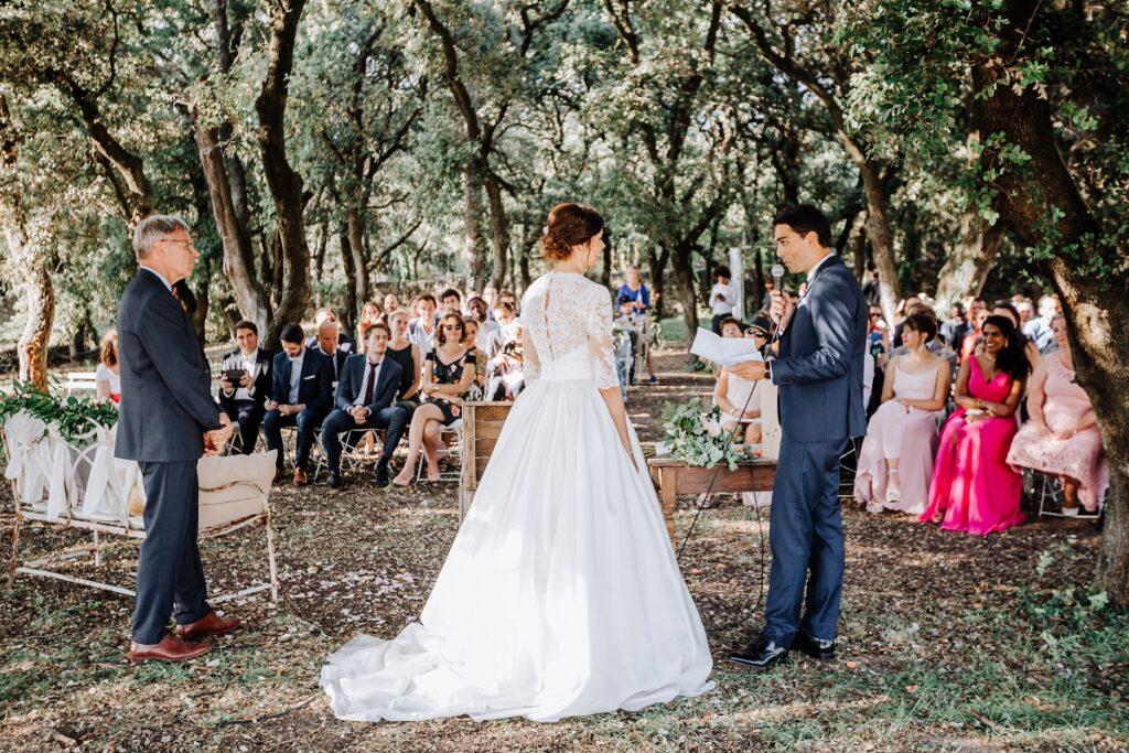 Échange de vœux lors de la cérémonie laïque // Mariage en Provence avec une ambiance tropicale (couleurs chaudes et dorées) // Photo Nicolas Terraes // Publication sur Wedding by Fabiola