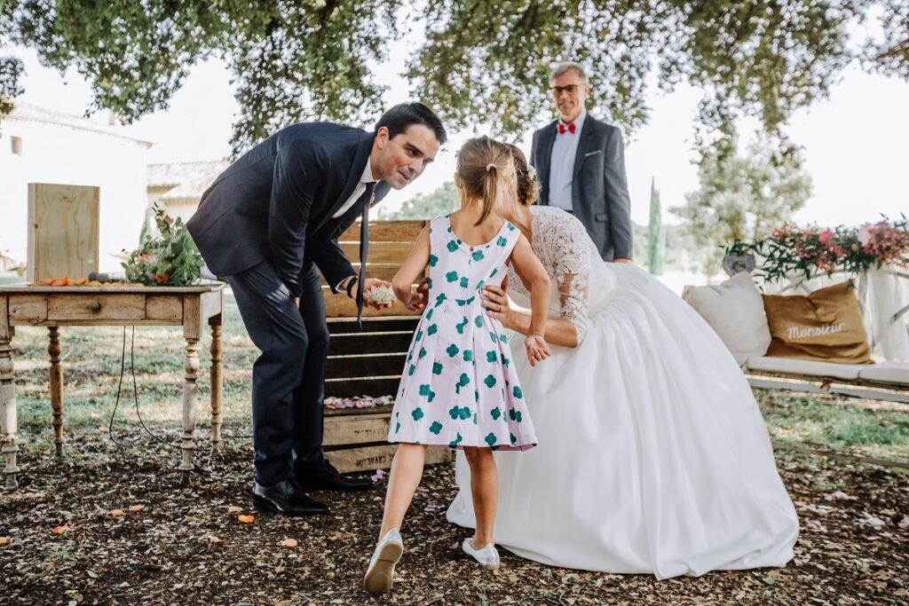 Échanges des alliances lors de la cérémonie laïque // Mariage en Provence avec une ambiance tropicale (couleurs chaudes et dorées) // Photo Nicolas Terraes // Publication sur Wedding by Fabiola