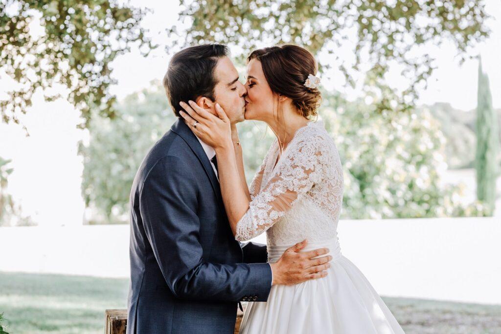 Mariage en Provence avec une ambiance tropicale (couleurs chaudes et dorées) // Photo Nicolas Terraes // Publication sur Wedding by Fabiola
