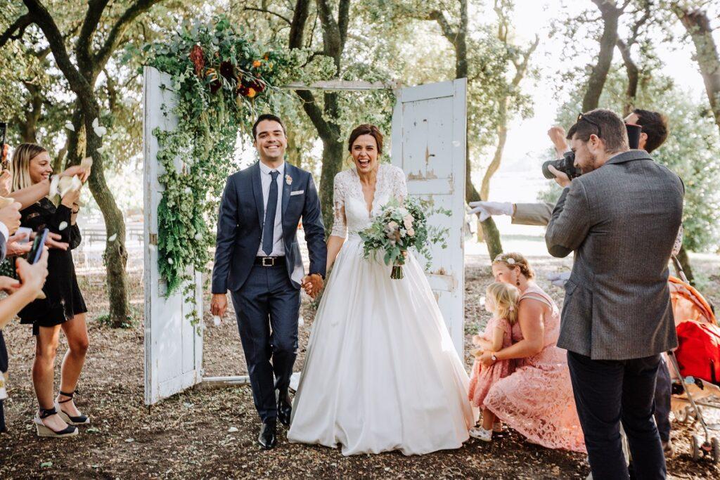 Sortie de cérémonie laïque // Mariage en Provence avec une ambiance tropicale (couleurs chaudes et dorées) // Photo Nicolas Terraes // Publication sur Wedding by Fabiola