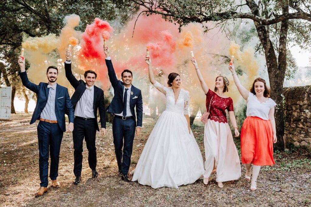 Photo de mariage avec fumigène // Mariage en Provence avec une ambiance tropicale (couleurs chaudes et dorées) // Photo Nicolas Terraes // Publication sur Wedding by Fabiola