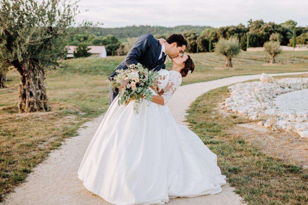 Photo de couple // Mariage en Provence avec une ambiance tropicale (couleurs chaudes et dorées) // Photo Nicolas Terraes // Publication sur Wedding by Fabiola