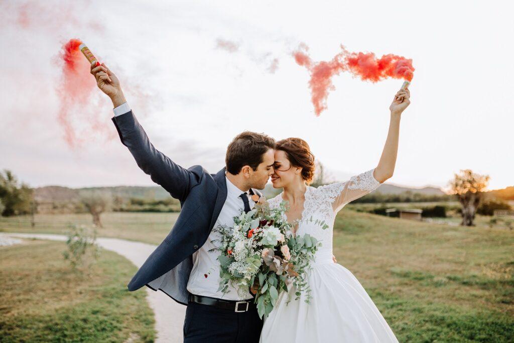 Photo de couple avec fumigènes // Mariage en Provence avec une ambiance tropicale (couleurs chaudes et dorées) // Photo Nicolas Terraes // Publication sur Wedding by Fabiola