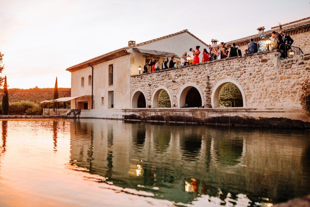 Vin d'honneur // Mariage en Provence avec une ambiance tropicale (couleurs chaudes et dorées) // Photo Nicolas Terraes // Publication sur Wedding by Fabiola