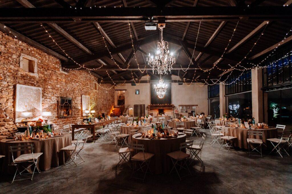 Décoration de salle // Mariage en Provence avec une ambiance tropicale (couleurs chaudes et dorées) // Photo Nicolas Terraes // Publication sur Wedding by Fabiola