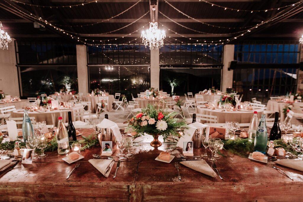 Décoration de table // Mariage en Provence avec une ambiance tropicale (couleurs chaudes et dorées) // Photo Nicolas Terraes // Publication sur Wedding by Fabiola