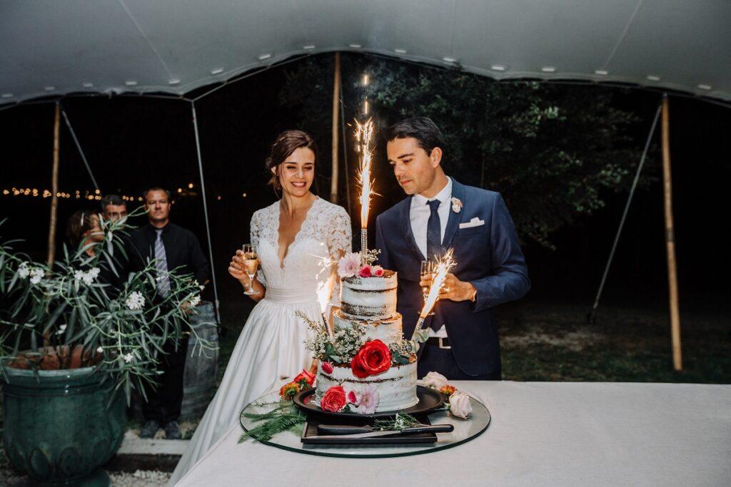 Wedding cake // Mariage en Provence avec une ambiance tropicale (couleurs chaudes et dorées) // Photo Nicolas Terraes // Publication sur Wedding by Fabiola