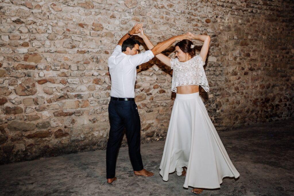 Ouverture du bal // Mariage en Provence avec une ambiance tropicale (couleurs chaudes et dorées) // Photo Nicolas Terraes // Publication sur Wedding by Fabiola